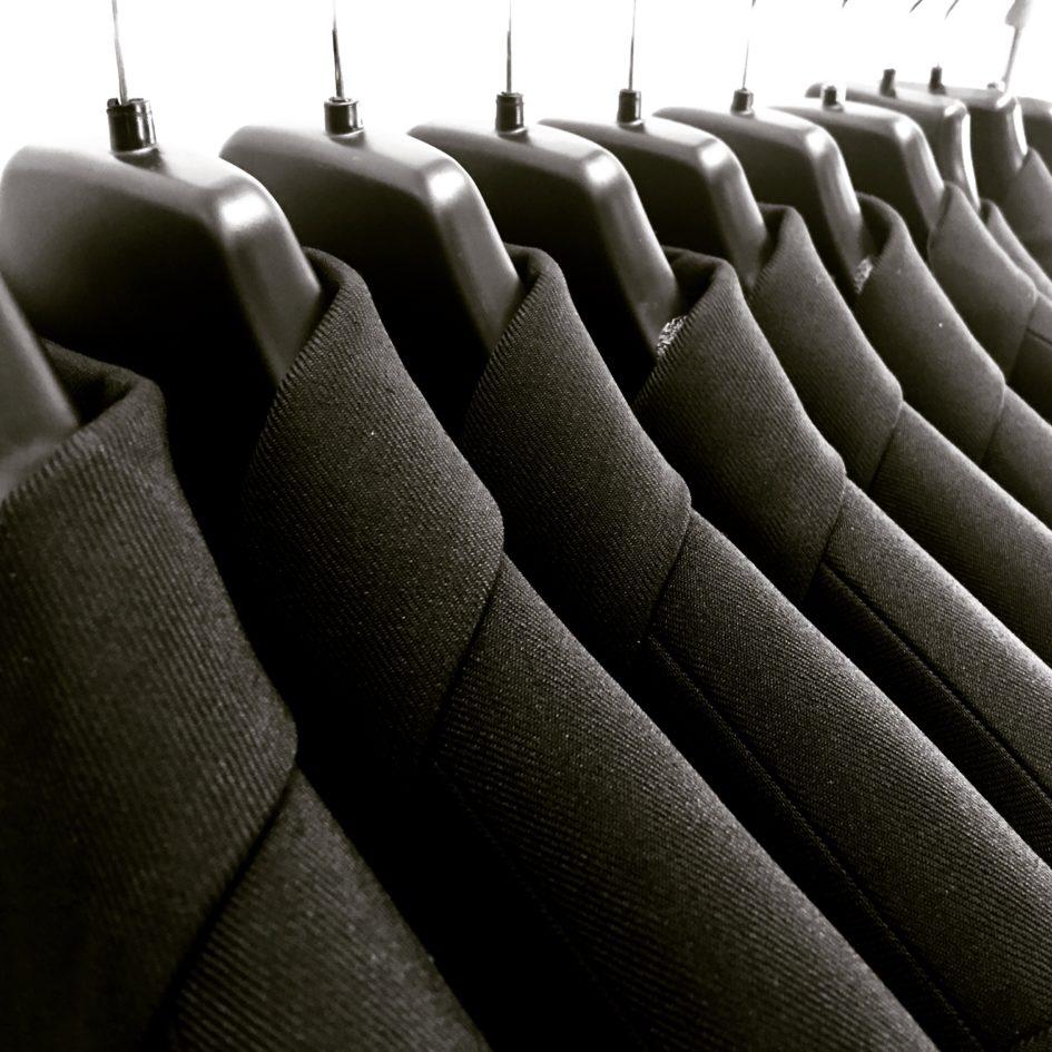 Teen korjaukset miesten arkivaatteisiin ja juhlavaatteisiin, farkkujen paikkaukset, puvuntakin korjaukset, hihojen lyhennykset, lahkeiden lyhennys. Ompelimo Espoo Tapiola